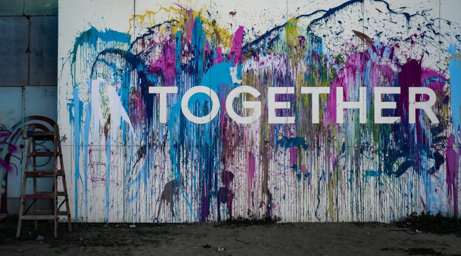 Wand farbenfroh besprüht mit dem Schriftzug Together