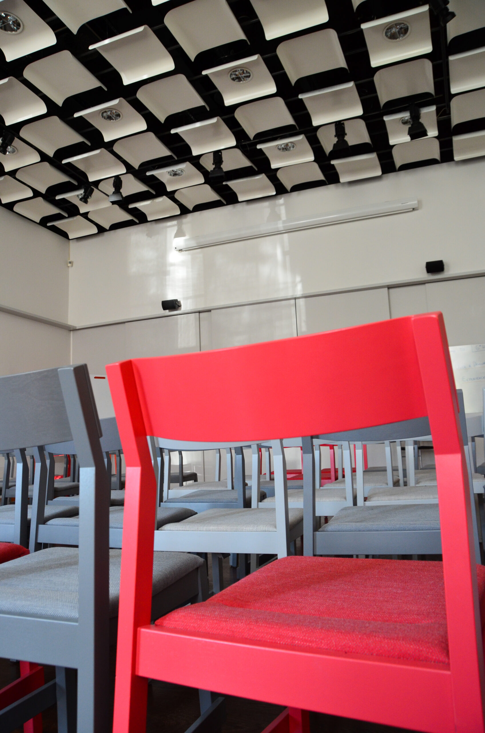 Bunte Stühle im Hörsaal