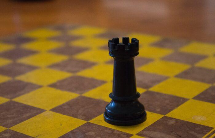 Ein Turm auf einem Schachbrett
