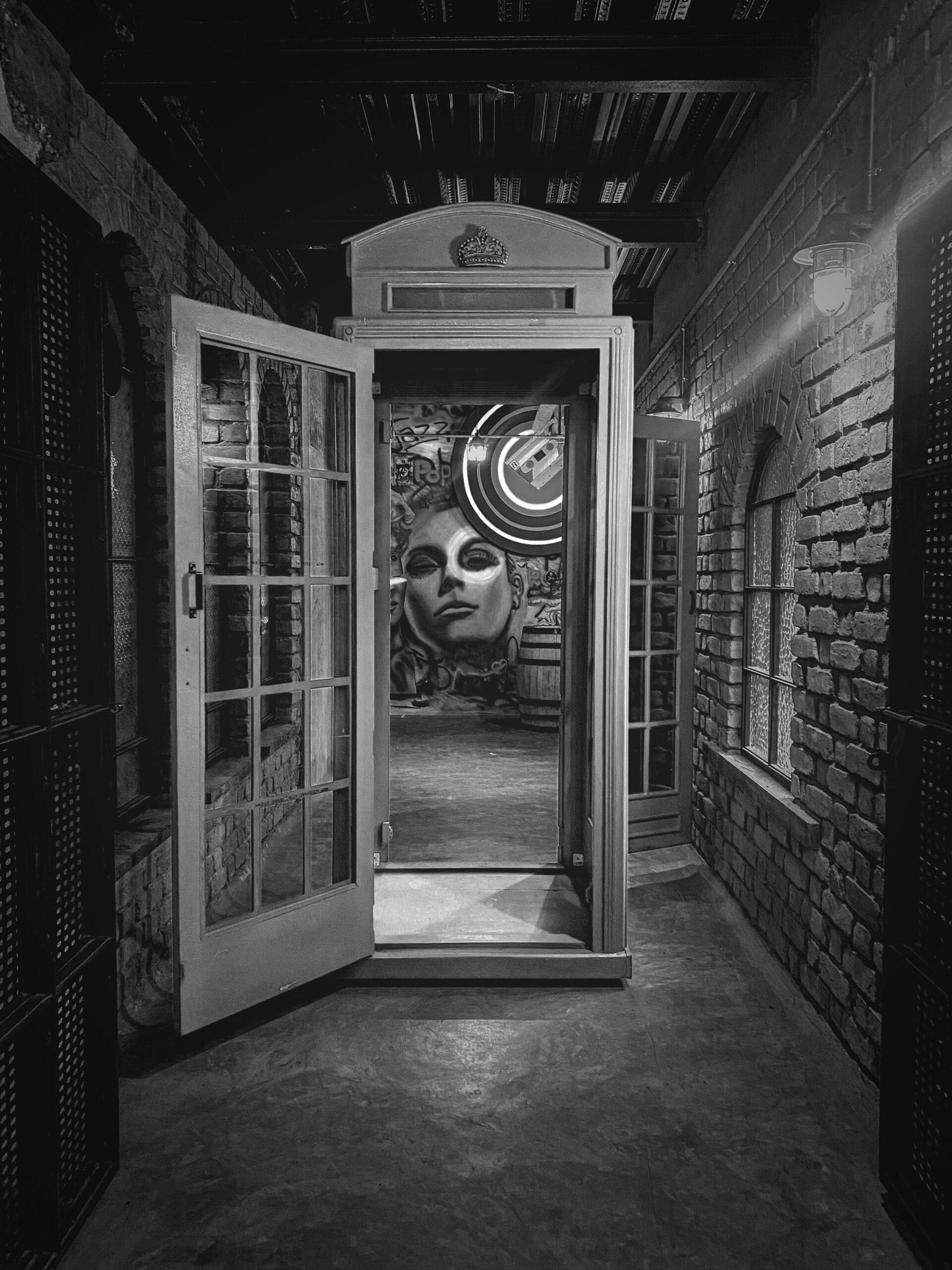 Englische Telefonzelle mit Kunst im Hintergrund