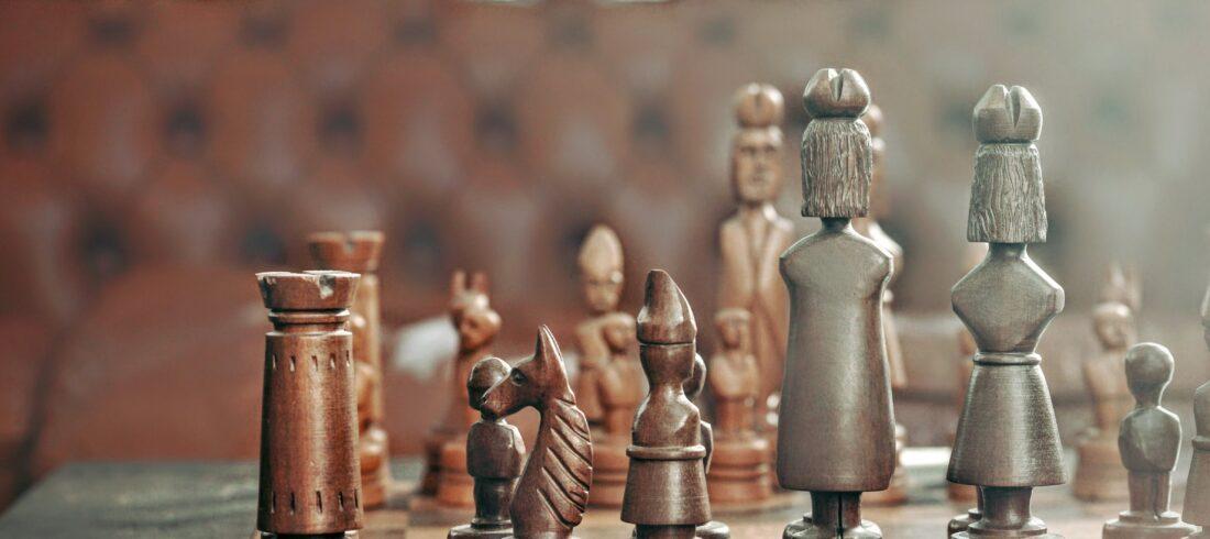Schachspiel mit geschnitzten Holzfiguren